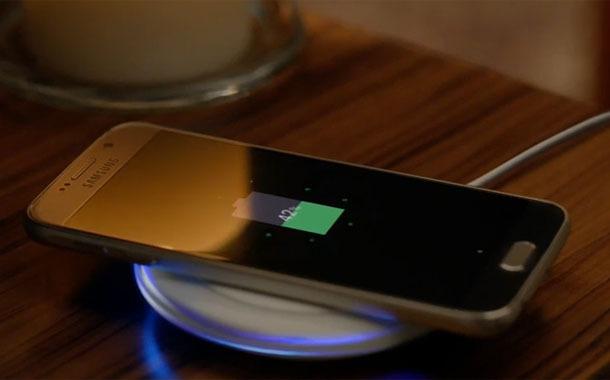 Первый раз нужно полностью зарядить смартфон