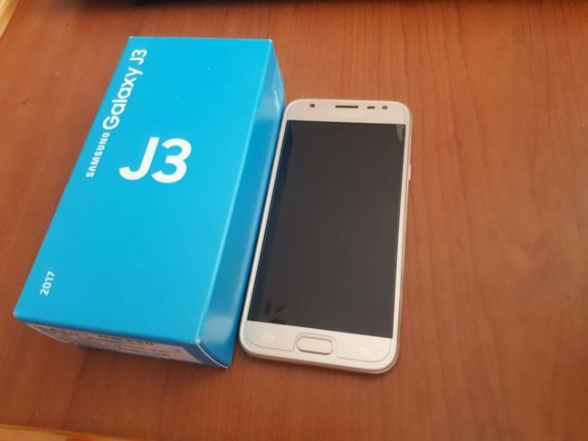 Лучший бюджетный телефоны Samsung - Samsung Galaxy J3